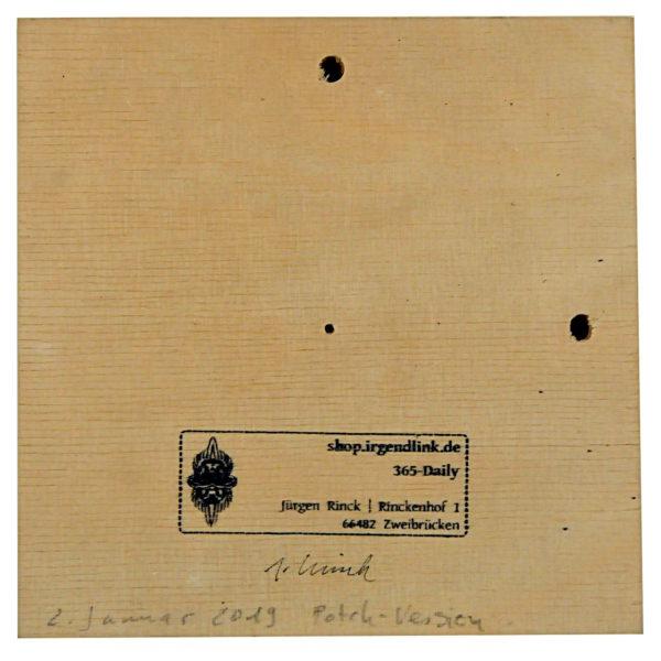 Quadratische Multiplex-Holzkachel mit Galeriestempel und Signatur. zwei große Bohrlöcher oben und rechts, ein kleines Bohrloch in der Mitte.