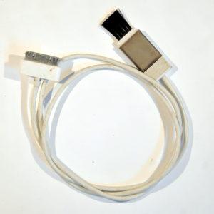 Zusammengerolltes Kabel mit breitem Anschluss für iPhone 3 und 4 und einem Rasierapparatereinigungspinsel am anderen Ende.