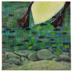 Ein Wasservogel verlässt nach oben das quadratische, grün-blaue Bild. Füße und Rumpf über einer Küstenlandschaft mit runden großen Steinen.