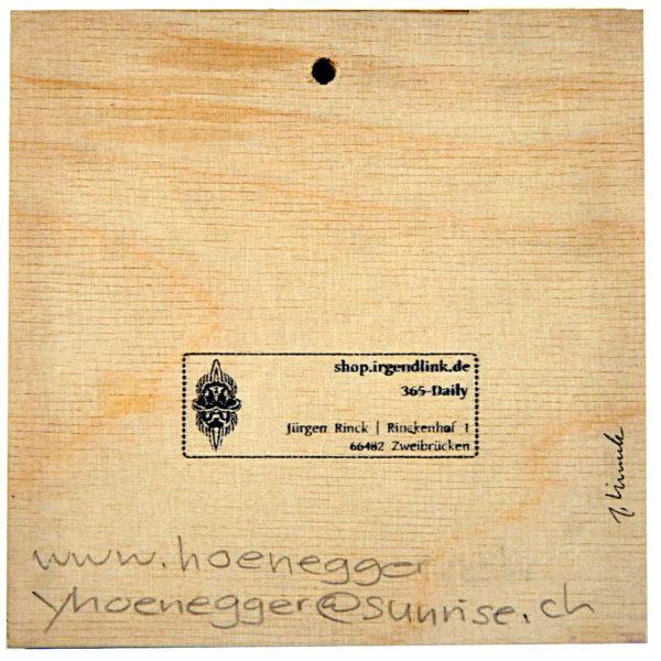 Holzstruktur auf quadratischer Bildrückseite. Shopstempel und KünstlerInnensignaturen.