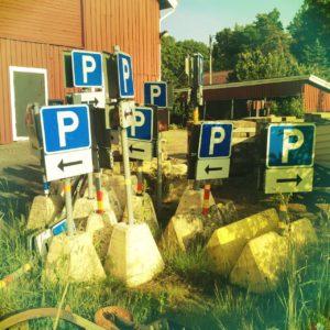Viele mobile Parplatz-Schilder stehen zusammengedrängt vor einem Haus. Gelblich fehlfarbiges Retrobild.