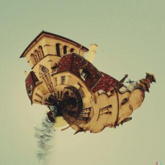 Ein sphärisch verdrehtes Bild einer alten Villa mit Türmchen. Das Objekt sieht aus wie ein kleiner Planet.