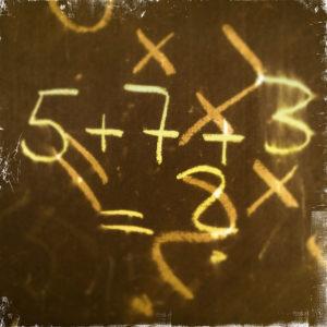 Schräge verschränkung der Zahlen 5+7+3, gelblicher Farbton auf fahlgoldenem Untergrund.