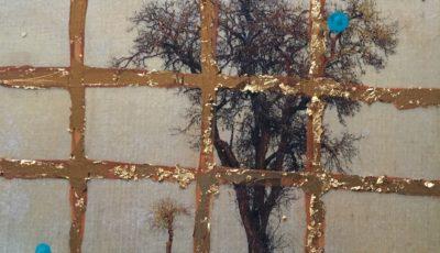 Ein winterlich kahler Birnbaum an einem schmalen Teerweg vor grauem Himmel. Das ursprüngliche Foto wurde übermalt, so dass nur noch der Baum als Foto erkennbar ist. Acker rechts und links des Wegs ist mir gesättigtem Grün übermalt und erinnert an Gemüsefelder. Das gesamte Bild liegt hinter eine braun-goldenen Gitternetz.
