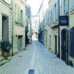 Eine enge, städtische, für Autos gesperrte Straße in Frankreich