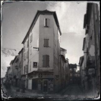 Ein schmales städtisches Eckhaus mit drei Stockwerken. Schwarz-weiß. Retrostil.