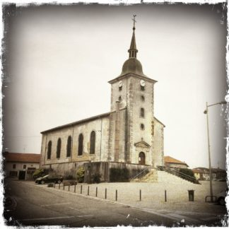 Vintage quadratisches schwarz-weiß Foto einer Kirche.