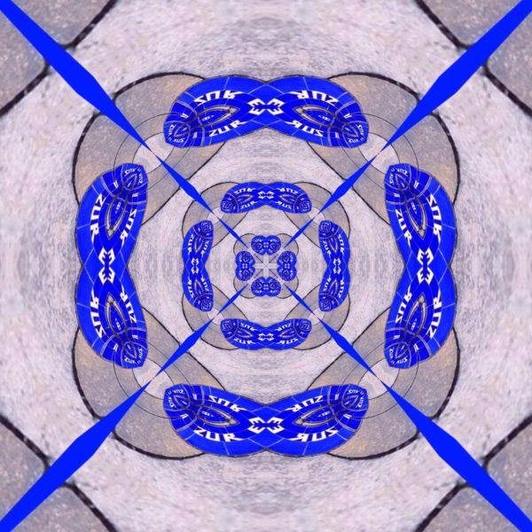 Eine kaleidoskop-ähnliche verschachtelung blauer Linien und Korbbögen zu einem zentralen Punkt hin auf grauem Hintergrund. Aus den Ecken führen Linien ins Zentrum und erzeugen eine Art Stern-Ansicht.