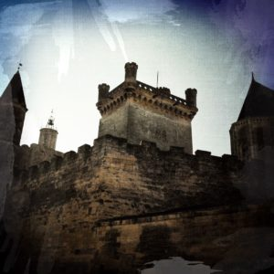 Chateau mit rechteckigem Turm aus einer Art Froschperspektive gesehen. Düster in bräunlich monochromem Farbton.