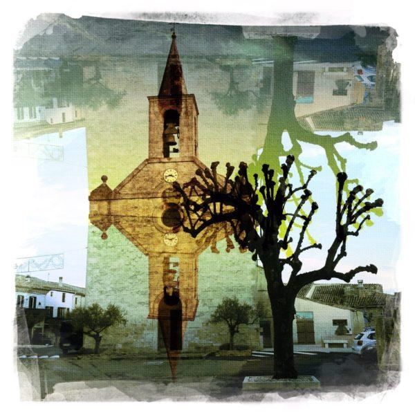 Eine vertikal gespiegelte, ocker bis gelblich verfärbte Kirche neben einem gestutzten Platanenbaum vor wie gemalt wirkendem Hintergrund in Grau-blau.