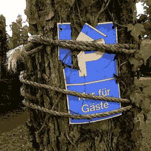 Zersplittertes Kunststoff-Parkplatzschild, das mit einem groben Seil an einem Baum befestigt ist.