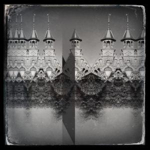 Auf waaggrechter Linie ragen sieben Türme nebeneinander duplikat vervielfacht ins schwarz-weiße Retrobild.