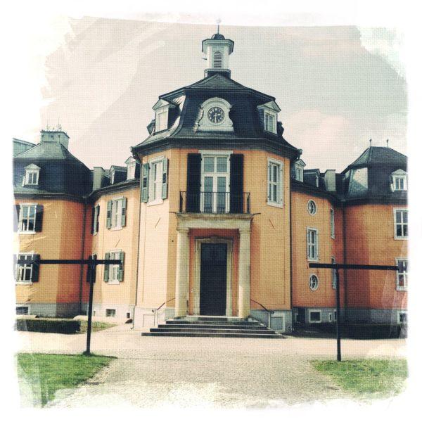 Portal eines Schlosses mit Türmchen
