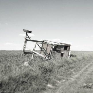 Umgestürzter Hochsitz auf weitem Feld