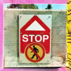 Ein Warnschild mit durchgestrichenem Fußgängersymbol in weiß, rot, gelb und schwarz