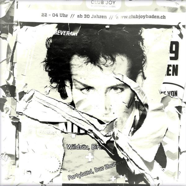Schwarz-weiß-Foto einer zerfetzten Plakatwand, deren Hauptmotiv ein Gesicht einer Art Popstar ist. Die Frisur könnte aus der Zeit Ende 1980er Jahre stammen.