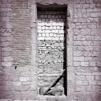 Schwarz-weiß-Bild einer zugemauerten Tür.