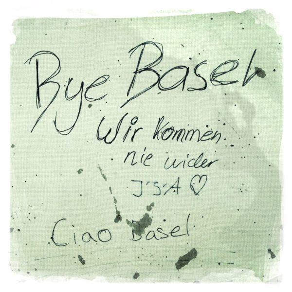 Schriftgraffiti schwarzer Stift auf bläulich grauer Wand: Bye Basel. Wir kommen nie wider. ISA Ciao Basel