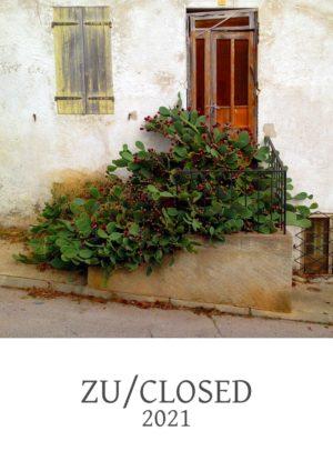 A4 formatiges Deckblatt eines Jahreskalenders. Eine verwachsene Tür hinter einer großen, blühenden Kakteenpflanze, die die Treppe zur Türe fast vollständig überwuchert. Titelschrift unter dem Bild Zu/Closed 2021
