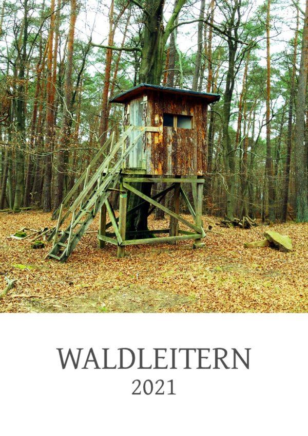 Ein A4 formatiges Kalenderdeckblatt, hochkant, mit der Aufschrift Waldleitern 2021 unter einem quadratischen Bild, das einen gedrungenen Hochsitz im laublosen Wald zeigt. Ein Lehmstein liegt rechts neben der Konstruktion.