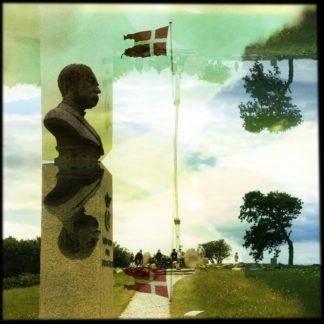 Gespiegelte Szene einer Denkmalsbüste neben dänischer Flagge.