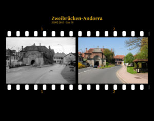 Zwei Bilder auf Fimstreifen mit schwarzem Hintergrund montiert. Links die schwarz-weiß-Version, rechts bunt zehn Jahre später aufgenommen. Titel Zweibrücken-Andorra 2000-2010 km 86. Straßenszene einer kleinen, französischen Garnisonsstadt mit altem Stadttor.