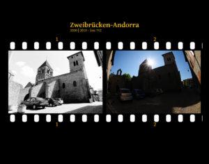 Weitwinkelaufnahme einer Kirche im Gegenlicht mit schimmernder Sonne, viel Schatten und ein paar PKWs auf einem engen Parkplatz zwischen hohen Wänden. Zwei Bilder auf Fimstreifen mit schwarzem Hintergrund montiert. Links die schwarz-weiß-Version, rechts bunt zehn Jahre später aufgenommen. Titel Zweibrücken-Andorra 2000-2010 km 752.