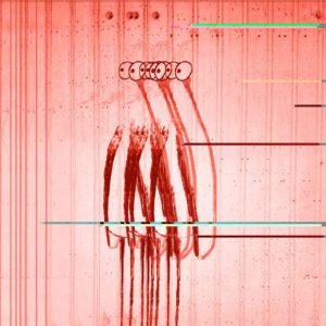 Ein stehender wie Mensch-Vogel mit großen hervortretenden Kulleraugen, schemenhaft drei Mal nebeneinander wie kaleidoskopisch vor einer längs linierten Wand im rötlichen Fehlfarbenton.