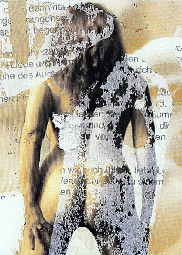 Rücken einer nackten Frau mit langen Haaren überlagert von Textfetzen und Papierresten