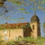 Spiegelung einer burgundischen Dorfkirche in einem mit Gras und Schilf durchsetzten Tümpel. Das Bild steht kopf und man sieht die Kirche richtig herum vor blauem Himme unter gekräuselten Wellen. Ein einfaches Kirchenschiff mit rotem Dach und kleinem Kuppelturm.