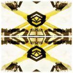 Eine gelb schwarze kaleidoskopartige Struktur mit etwas breiterem horizontalem Bruch in der Bildmitte. Das Abstrakte Bild entstand durch Zerlegung eines konkreten Bilds, das einen Motorroller auf einer Säule darstellte. Vom Original ist nichts mehr zu erkennen.