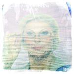 Gewelltes Plakat, gilblich verblasst hinter Glas. Portraitfoto für eine Werbung mit Frauengesicht.