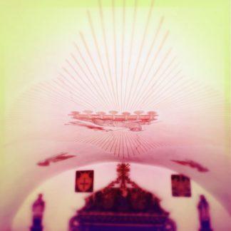 Rätlich fehlfarbige Rundbogenkuppel einer Kapelle mit astraler Deckenmalerei. Am unteren Bildrand erkennt man den Oberteil eines kleinen Altars.