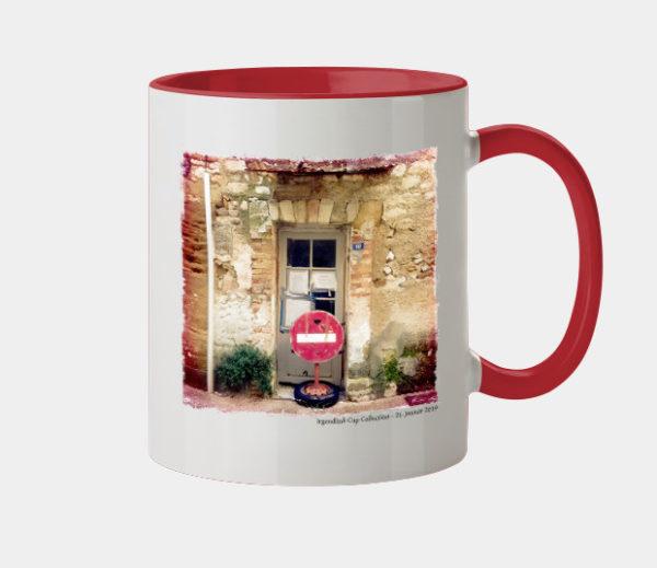 Keramiktasse mit rotem Griff und Innenfarbe. Auf der weißen äuseren Oberfläche ist ein quadratisches Bild einer mit Einfahrt Verboten Schild verstellten alten Austür zu sehen.