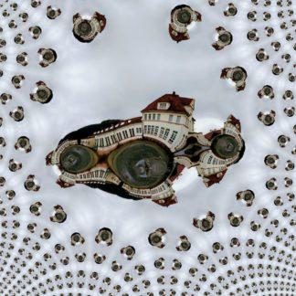 Eingebettet in fraktale immer kleiner werdende Abbilder seiner verbogenen Selbst liegt im Zentrum des Bildes ein altes Vaerwaltungsgebäude mit Walmdach unter blaugrau bewölktem Himmel, ziemlich verbogen und mit ein paar Beulen wie von verdellerten Blechspiegeln geziert.