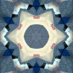 Kaleidoskopischer Stern mit sechs Zacken. Mehrfache Sternenumrisse ineinander verschachtelt und verdreht. Von außen blau nach innen weiß mit einem Sternenring aus roten, kryptischen Schriftzeichen.
