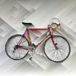 Ein rotes Rennrad abstrakt vor digital kariert weißlich bis grau schraffiertem Hintergrund. Der Lenker zeigt nach rechts.