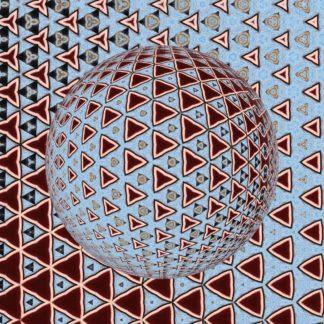 Rote dreiecke auf hellbölauem Hintergrund formen eine von unten links beleuchtete kaleidoskopische Kugel aus kleinen dreieckigen Formen.