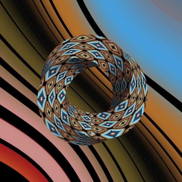 Ein kurvige im etwaen 45 Grad Winkel schraffierter, bunter Hintergrund von dunkelrot über beige nach hellblau. Darauf ein aus vielen fraktalen, kaleidoskopischen Mustern bestehendes Möbiusband, das wie ein Ring aber dreieckig ähnlich darüber zu schweben scheint.