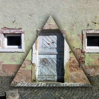 Eine vergilbte, verwitterte Fassade eines alten Bauernhauses mit zwei quadratischen Fenstern und einer hölzernen Tür. Der Sockel hat einen rosa Teint. Die Tür ist von einem künstlich erzeugten, gleichschenkligen Dreieck umrahmt, das sich schattiert vom Rest der Fassade abhebt.