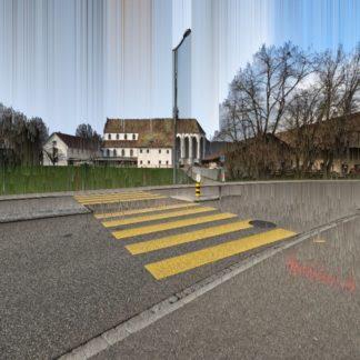 Straßenquerung eines gelben Zebrastreifens, was in der Schweiz durchaus üblich ist, man hält dort sogar für FußgängerInnen. Die Querung übers Grau des Teers führt an einer Straßenlaterne vorbei durch Grünland auf eine ferne, innerdörfliche Kirche mit langem, hohem Kirchsnchiff zu. Die Bebauuung ist locker. Es gibt viel Wiese und Stallung. Der Himmel ist durch senkrechte Streifenverfremdung geprägt, die sich aus den Farbtönen des Untergrund erheben.