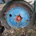 Destruktives, in Striche von 45 Grad zerlegtes Bild eines Wagenrads mit Gummibereifung und blauer Felge, deren Kern bei der nabe rosaort strahlt.