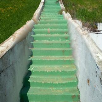 Grün gepinselte Treppe, die in Strahlen zerlegt dem Betrachter, der Betrachterin entgegen zu spritzen scheint. Betongewände und Wiese säumen die Szene.