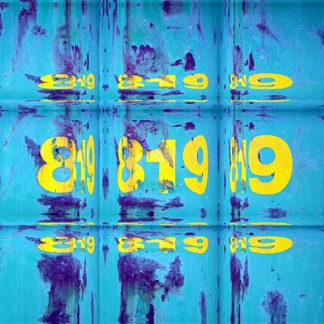 Hellblau unter der gelben Schrift 819 ist eine Fläche eines Containers neunfach gespiegelt und im drei mal drei Raster gesetzt.