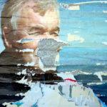 Ein älterer Mann mit grauen Haaren und mächtigen Augenbrauen schaut im Halbprofil nach rechts. Er hat Lachfalten. die Mitte des Gesichts, Mund und Nase, ist nicht erkennbar, da das Wandplakat an dieser Stelle zerstört ist und der nackte Beton hervor scheint.