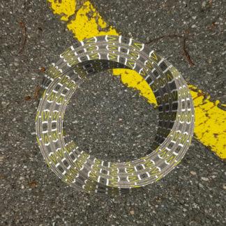 Dreidimensionales, zieseliges Möbiusband schwebt über einer Asphaltfläche. im Rechten oberen Eck des Bildes zieht sich ein gelber Markierungsstreifen 45 Grad winklig von links oben nach rechts unten