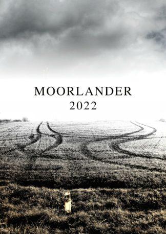 Unter düstrem Himmel der Schriftzug großgeschrieben Moorlander 2022. Zwei Spuren einer Landmaschine nähern sich in düstrer grau-sepia Athmosphäre, um gen Horizon schließlich parallel im weißen Schimmer kurz vor dem Schriftzug zu enden.